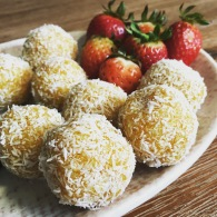 Apricot, cashew & turmeric balls https://naturalhealthconsciousliving.com/2016/10/07/apricot-cashew-turmeric-balls/